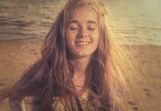 Blondes smili mit ihren Augen geschlossen Stockbild