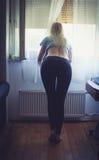 Blondes Spähen Lizenzfreie Stockbilder