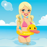 Blondes Spielen mit Duck Float Stockbilder
