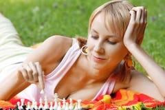 Blondes spielendes Schach Stockfotos