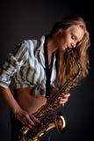 Blondes Spielerträumen des reizvollen Saxophons lizenzfreies stockbild