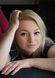 Blondes Stillstehen Stockfoto