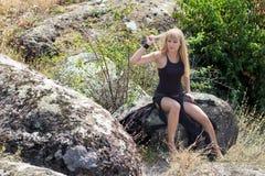 Blondes Stillstehen während einer Bergwanderung Lizenzfreie Stockbilder