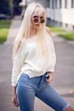 Blondes stilvolles Modell bei der Aufstellung Stockbilder