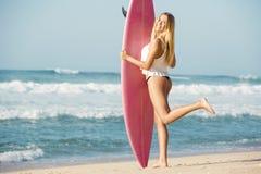 Blondes Surfer-Mädchen Stockfoto