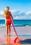 Blondes Surfer-Mädchen auf dem Strand Lizenzfreie Stockbilder