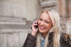 Blondes touristisches anrufendes Haus von Europa Lizenzfreie Stockfotografie