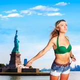 Blondes touristisches Freiheitsstatue Wind im Haar NYC Lizenzfreie Stockbilder