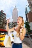 Blondes touristisches Mädchen selfie Foto in 5. Allee New York Lizenzfreie Stockfotografie