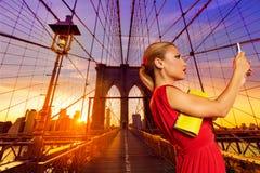 Blondes touristisches Mädchen selfie Foto in der Brooklyn-Brücke Stockfoto