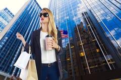 Blondes touristisches Mädchen selfie Foto in New York nachts Stockbilder