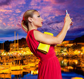 Blondes touristisches Mädchen selfie Foto in Soller-Hafen Mallorca Stockbilder