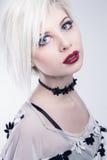 Blondes und hübsches Felsenmädchen Stockfoto