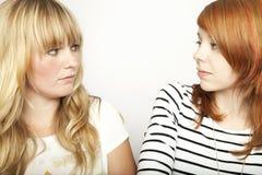 Blondes und rotes behaartes Mädchen sind umgekippt stockbild