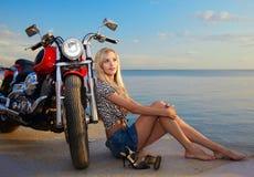 Blondes und rotes Motorrad Lizenzfreie Stockbilder