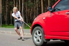 Blondes und unterbrochenes Auto Lizenzfreies Stockfoto