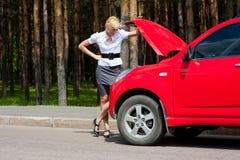Blondes und unterbrochenes Auto Stockfotografie
