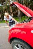 Blondes und unterbrochenes Auto Stockfoto