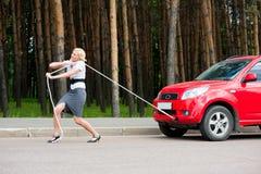Blondes und unterbrochenes Auto Lizenzfreie Stockbilder