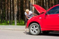 Blondes und unterbrochenes Auto Lizenzfreies Stockbild