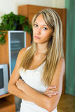 Blondes unglückliches Mädchen zu Hause Lizenzfreies Stockfoto