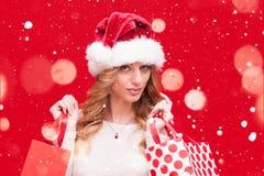 Blondes vorbildliches Girl in Santa Hat über Rot Lizenzfreies Stockbild