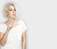 Blondes vorbildliches Mädchen der Mode mit Sonnenbrille Stockfotos