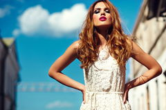 Blondes vorbildliches Mädchen des Lebensstils im weißen Kleiderstoff mit den rosa Lippen Stockbild