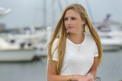 Blondes vorbildliches Outdoors Stockfoto
