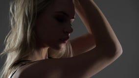 Blondes vorbildliches Profil stock footage