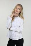 Blondes vorbildliches Studentenmädchen im weißen Blusenabschluß oben Lizenzfreie Stockfotos