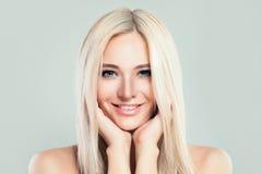 Blondes vorbildliches Woman mit gesunder Haut und blonde Frisur Lizenzfreie Stockfotos