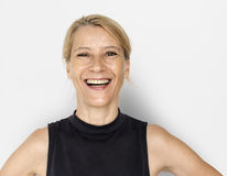 Blondes weiße Frauen-Lächeln-glückliches schwarzes Hemd-Studio-Porträt Lizenzfreie Stockfotografie