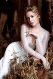 Blondes weißes Hochzeitskleid der Braut in Mode mit Make-up Stockfotografie