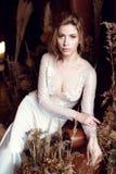 Blondes weißes Hochzeitskleid der Braut in Mode mit Make-up Stockfotos