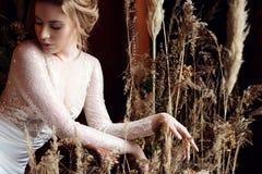 Blondes weißes Hochzeitskleid der Braut in Mode mit Make-up Stockbild