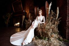 Blondes weißes Hochzeitskleid der Braut in Mode mit Make-up Lizenzfreies Stockfoto