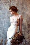 Blondes weißes Hochzeitskleid der Braut in Mode mit Make-up Lizenzfreies Stockbild