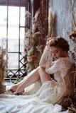Blondes weißes Hochzeitskleid der Braut in Mode mit Make-up Lizenzfreie Stockfotografie