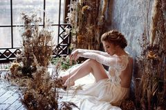 Blondes weißes Hochzeitskleid der Braut in Mode mit Make-up Lizenzfreie Stockbilder