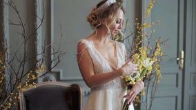 Blondes weißes Hochzeitskleid der Braut in Mode mit Make-up stock video
