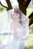 Blondes weißes Hochzeitskleid der Braut in Mode mit Make-up Stockbilder