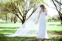 Blondes weißes Hochzeitskleid der Braut in Mode mit Make-up Stockfoto