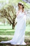 Blondes weißes Hochzeitskleid der Braut in Mode mit Make-up Lizenzfreie Stockfotos