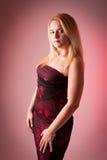 Blondes weibliches Baumuster in einem langen Kleid Lizenzfreie Stockfotografie