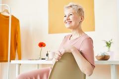 Blondes weibliches Baumuster stockfoto