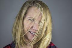 Blondes weibliches Haar im Gesicht Stockbild