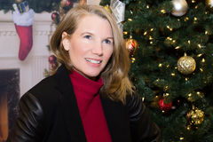 Blondes weibliches Lächeln in der Feiertags-Szene Stockfoto