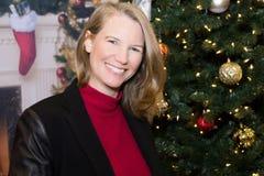 Blondes weibliches Lächeln in der Feiertags-Szene Stockfotografie