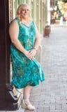 Blondes weibliches Lehnen des Transgenders auf Gebäude Stockfotos